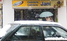 La alerta por el temporal de nieve continúa activa: retrasos de trenes, clases suspendidas y cortes de carreteras