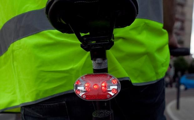 6b21b70e6 Cómo llevar las luces de la bicicleta para que no te multe la Guardia Civil  de Tráfico