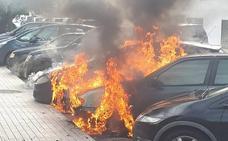 Arden tres vehículos aparcados en una calle de Alboraya
