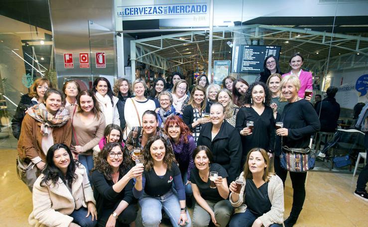 Las mujeres brindan en el Mercado de Colón