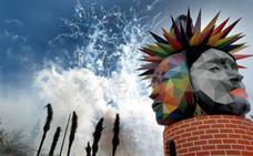 Una colorida mascletà «clásica-moderna» vence al viento en la plaza del Ayuntamiento