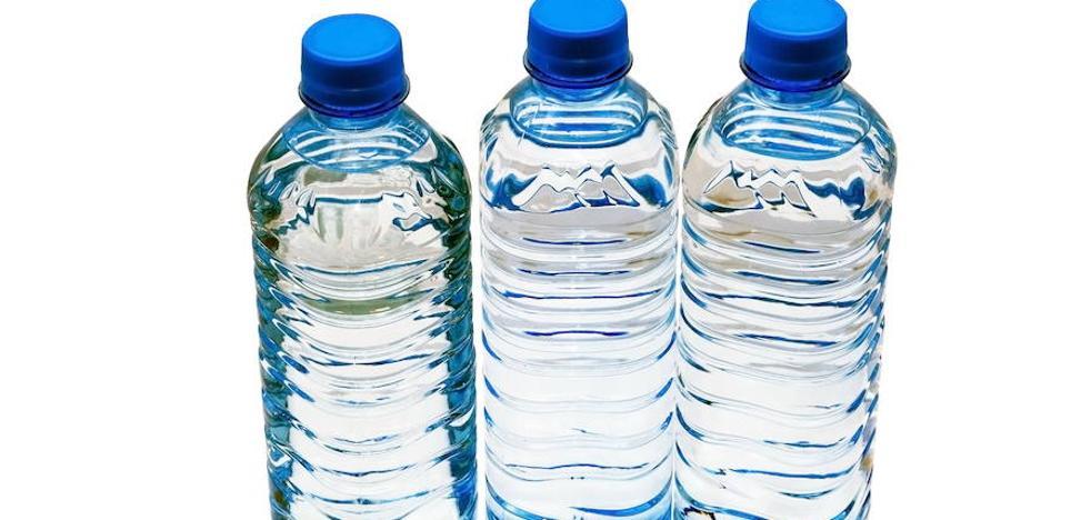 Resultado de imagen para contaminación del agua mineral con plastico