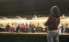 Dos jóvenes golpean a un menor en una estación de Metrovalencia hasta que les entrega el móvil