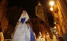 Primer día de Ofrenda: la Virgen se viste de fallera mayor
