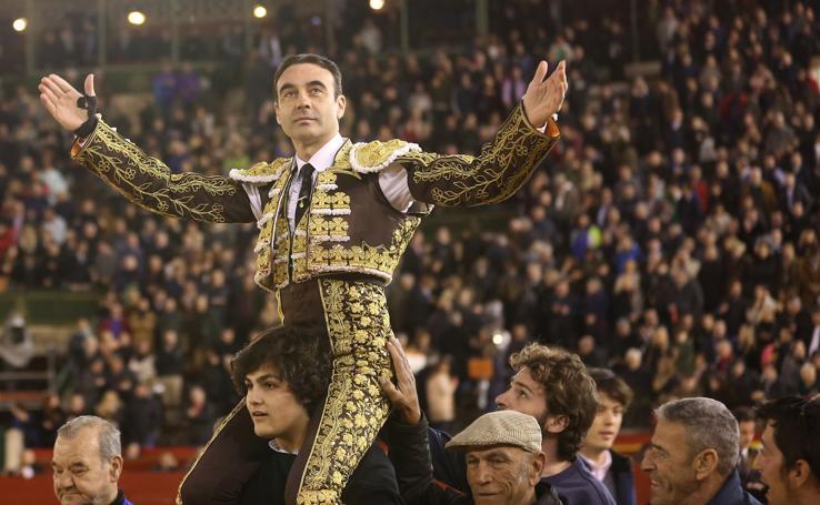 Enrique Ponce abre la puerta grande de la plaza de toros de Valencia