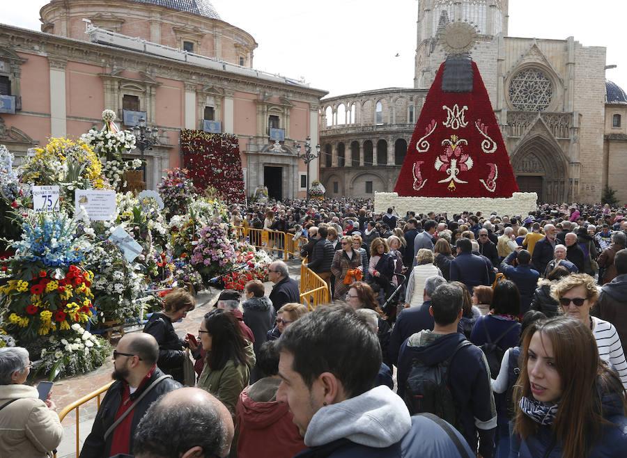 Así ha quedado el manto de la Virgen de los Desamparados tras la Ofrenda de las Fallas 2018