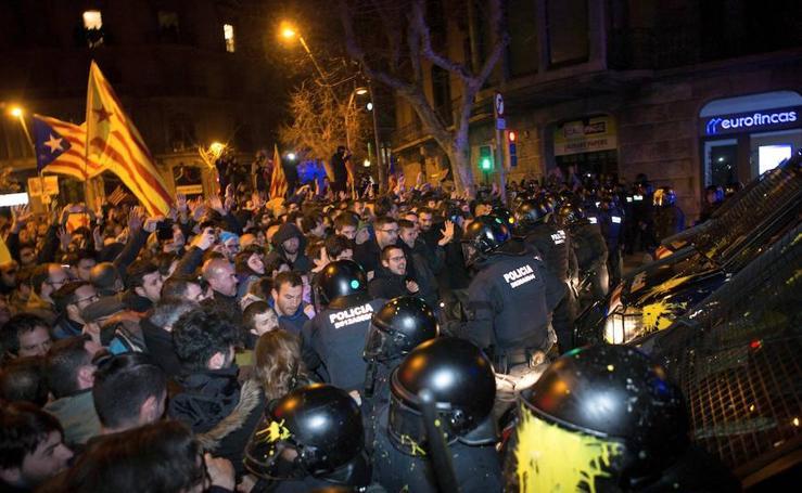 Enfrentamientos en Barcelona entre secesionistas y Mossos