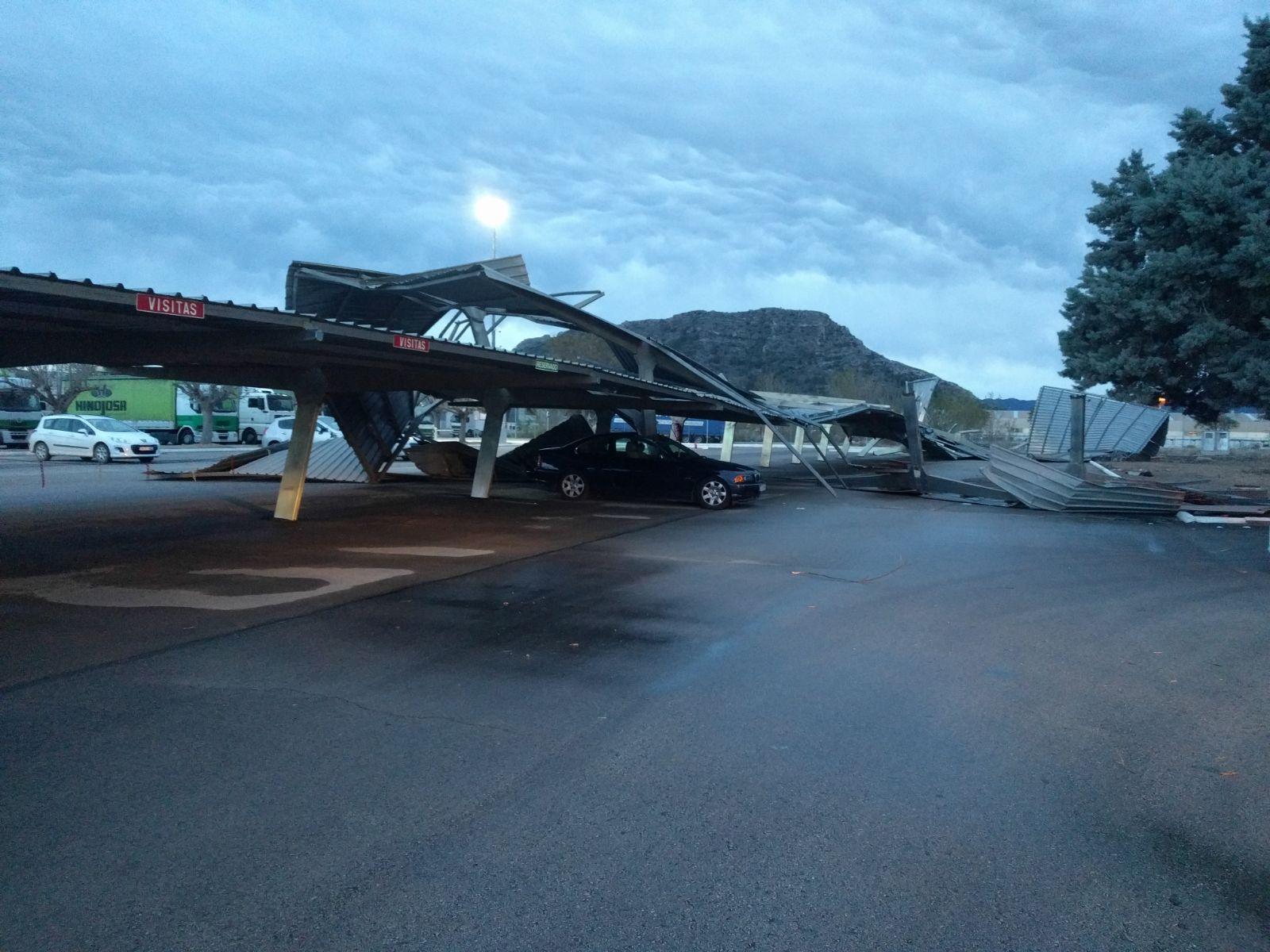 Un pequeño tornado destroza un aparcamiento en Xàtiva y daña numerosos coches