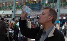 Los aeropuertos españoles deberán vender botellas de agua a un euro