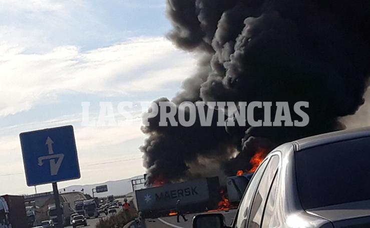 Dos camiones en llamas tras un grave accidente con un herido en la autovía A-3 en Riba-roja