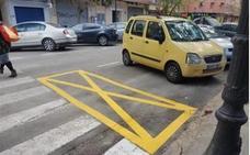 El significado de la nueva señal junto a los pasos de peatones de Valencia