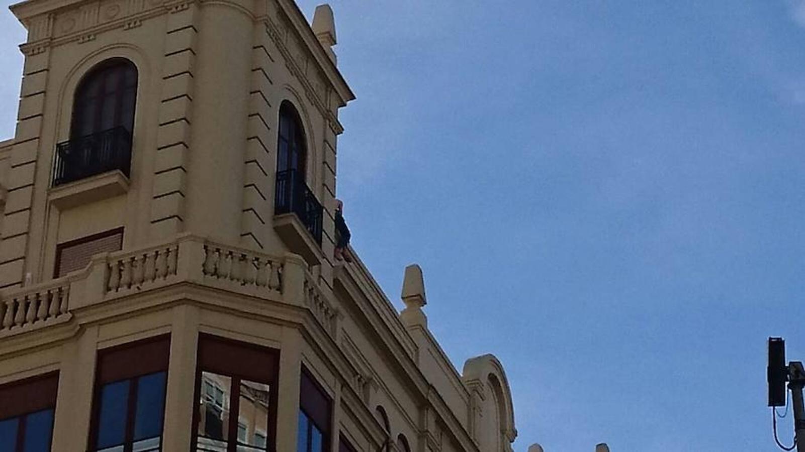 La Policía Nacional salva la vida de un hombre en el centro de Valencia