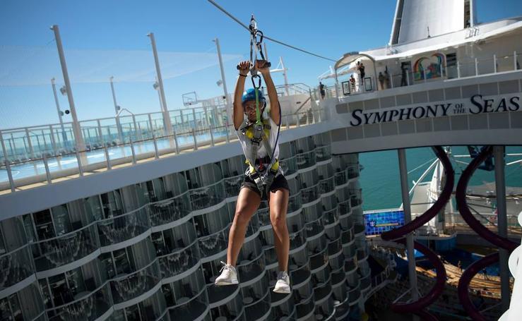 El mayor crucero del mundo, el 'Symphony of the Seas', que llegará a Valencia en octubre, se deja ver en Málaga