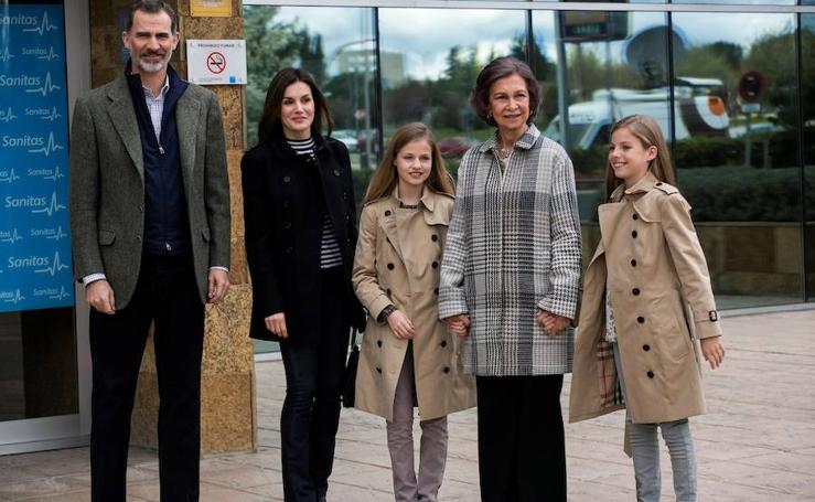 La familia real visita a Don Juan Carlos tras su operación de rodilla