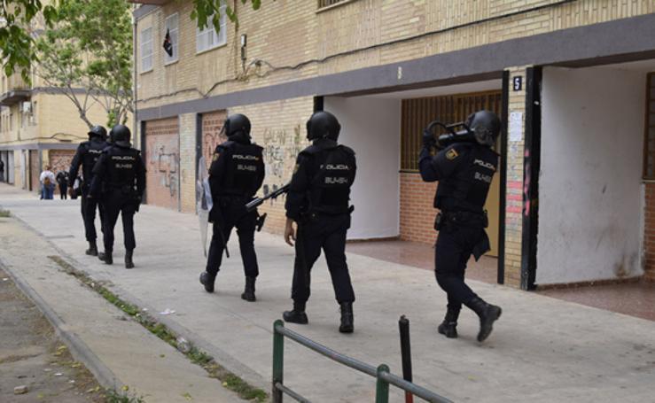 Despliegue policial en una redada contra las peleas de gallos en Burjassot
