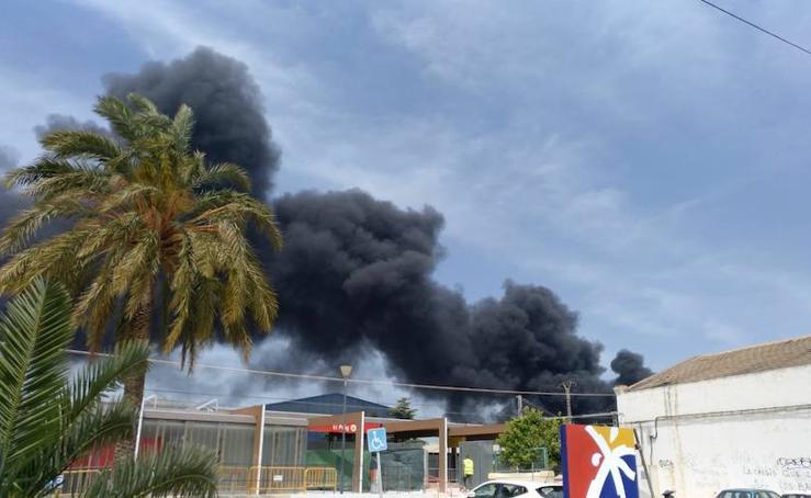 Un incendio industrial en El Puig arrasa plásticos y palés y desata una gran columna de humo sobre l'Horta Nord