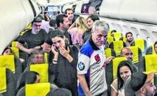 «El avión está aparentemente normal y podemos intentar el vuelo, pero no podemos obligar a nadie a permanecer dentro»