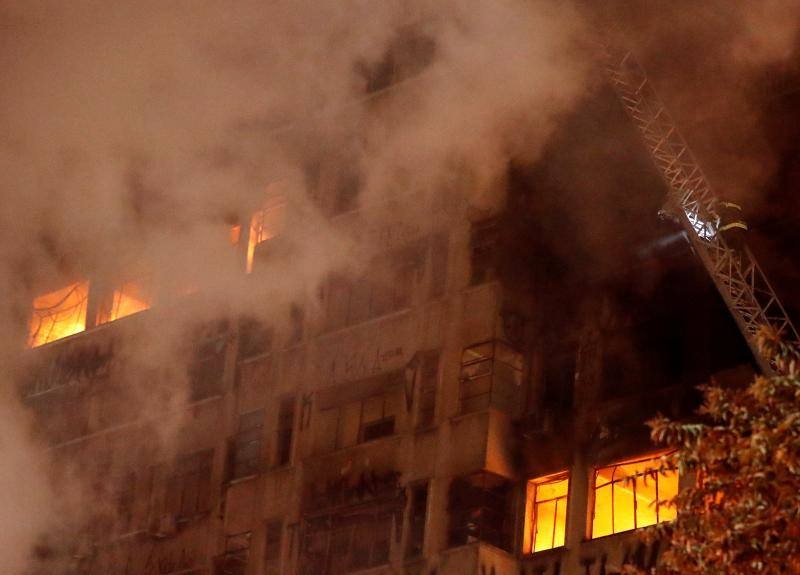 Fotos del incendio y derrumbe de un edificio de 24 plantas en Sao Paulo (Brasil)