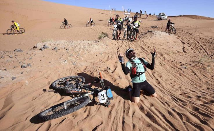 Un español gana la Titan Desert, la carrera más extrema