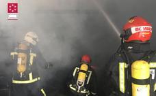 Incendio en un almacén con neumáticos y aceites de motor en La Vilavella