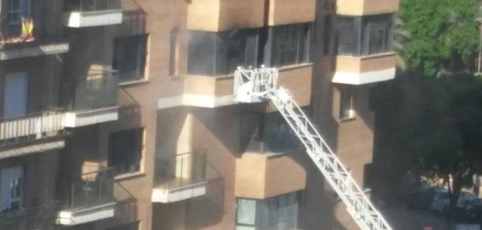 Rescatan a un niño de 9 años de un incendio en su casa de Valencia