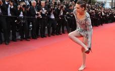 Kristen Stewart se vuelve a descalzar en la alfombra roja de Cannes