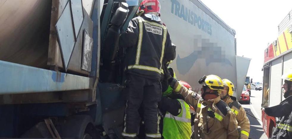Un choque entre seis camiones deja un muerto y tres heridos en Vinaròs