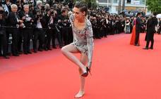 ¿Por qué se descalzó Kristen Stewart en la alfombra roja de Cannes?