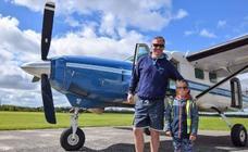 Salta en paracaídas y segundos después se estrella el avión con su hijo a bordo