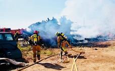 Los bomberos de la Marina Alta sofocan un fuego en un barco en Dénia y un incendio de matorral en Pego