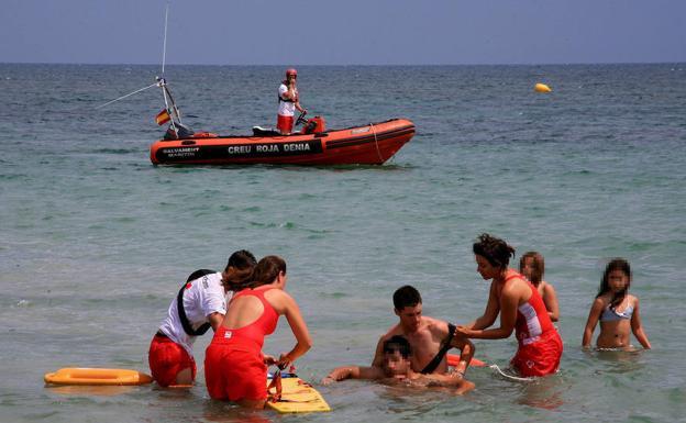 Denia Adjudica A Cruz Roja El Servicio De Vigilancia De Las Playas Y