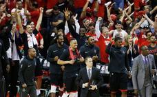 Rockets vencen a Warriors y acarician las Finales de la NBA