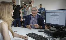 Los vecinos de Valencia ya pueden pagar sus impuestos con tarjeta de crédito en las oficinas municipales