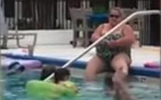 Una mujer se depila en la piscina de un hotel y desata la polémica