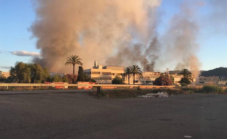 Un incendio calcina la panificadora de Mercadona en Puzol