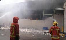 Retirarán 10.000 litros de amoniaco en el incendio de la panificadora de Mercadona para evitar vapor tóxico