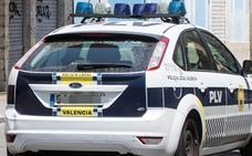 Intenta derribar la puerta de su novia y su familia en Ruzafa, llama a la Policía y acaba detenido