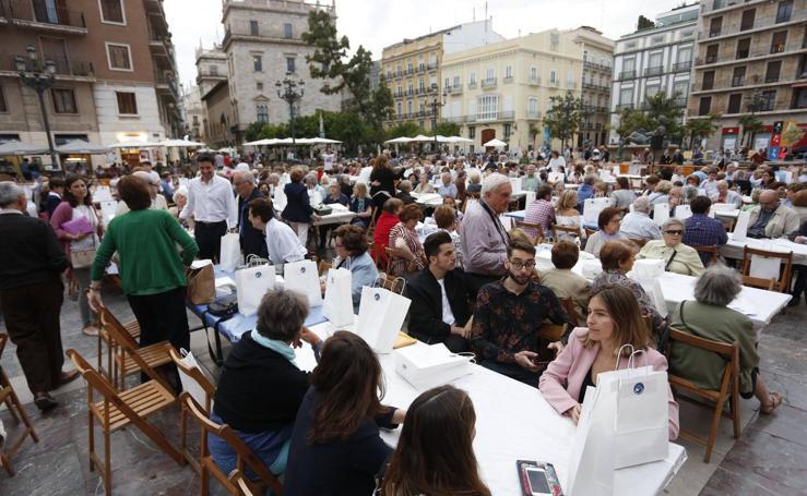 Cena solidaria de Manos Unidas en la plaza de la Virgen de Valencia