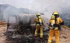 Un hombre sufre quemaduras en una mano al tratar de apagar las llamas de su coche en L'Atzúbia