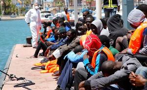 Otros 790 inmigrantes a bordo de otro barco italiano esperan puerto para atracar