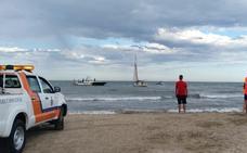 Un velero encalla en la playa de Alboraya