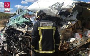 Fallece el conductor de una furgoneta tras chocar contra un camión en La Vall d'Uixò