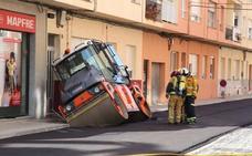 Una apisonadora se hunde mientras asfaltaba una calle en Dénia y provoca un escape de gas