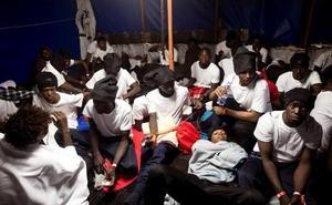 El Aquarius ya navega hacia Valencia: la base del Alinghi se acondiciona como refugio de los inmigrantes
