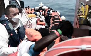 El 'Aquarius' retoma la ruta hacia Valencia con escasez de comida y ante olas de 4 metros