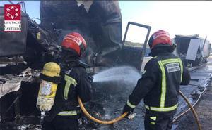 Un fallecido al incendiarse el camión que conducía en un accidente en la CV-10 por Borriol