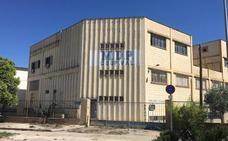 Sorprenden a dos hombres en Fuente del Jarro mientras intentaban robar materiales metálicos en una empresa abandonada