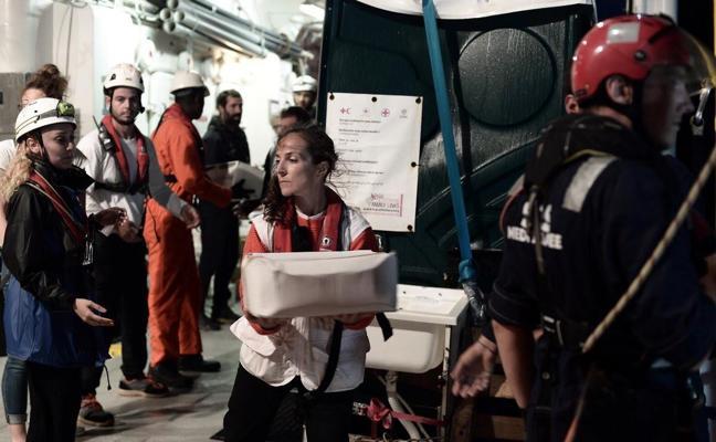 El 'Aquarius' vuelve a detenerse para cargar provisiones junto a Cerdeña y retrasa su llegada a Valencia