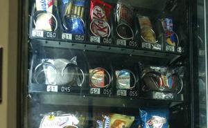 Las máquinas expendedoras en los edificios públicos valencianos cambian los bollos por panes integrales y fruta fresca