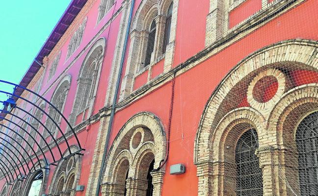 Alzira realiza decenas de agujeros en la fachada del edificio de la Casa de la Cultura